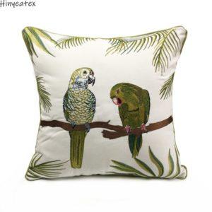 Kissenhülle mit grünen Papageien